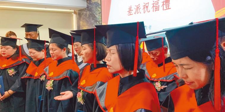【跨文化宣教神學院第一屆畢業典禮】畢業生齊唱差遣我 院長勉為主贏得未得之民